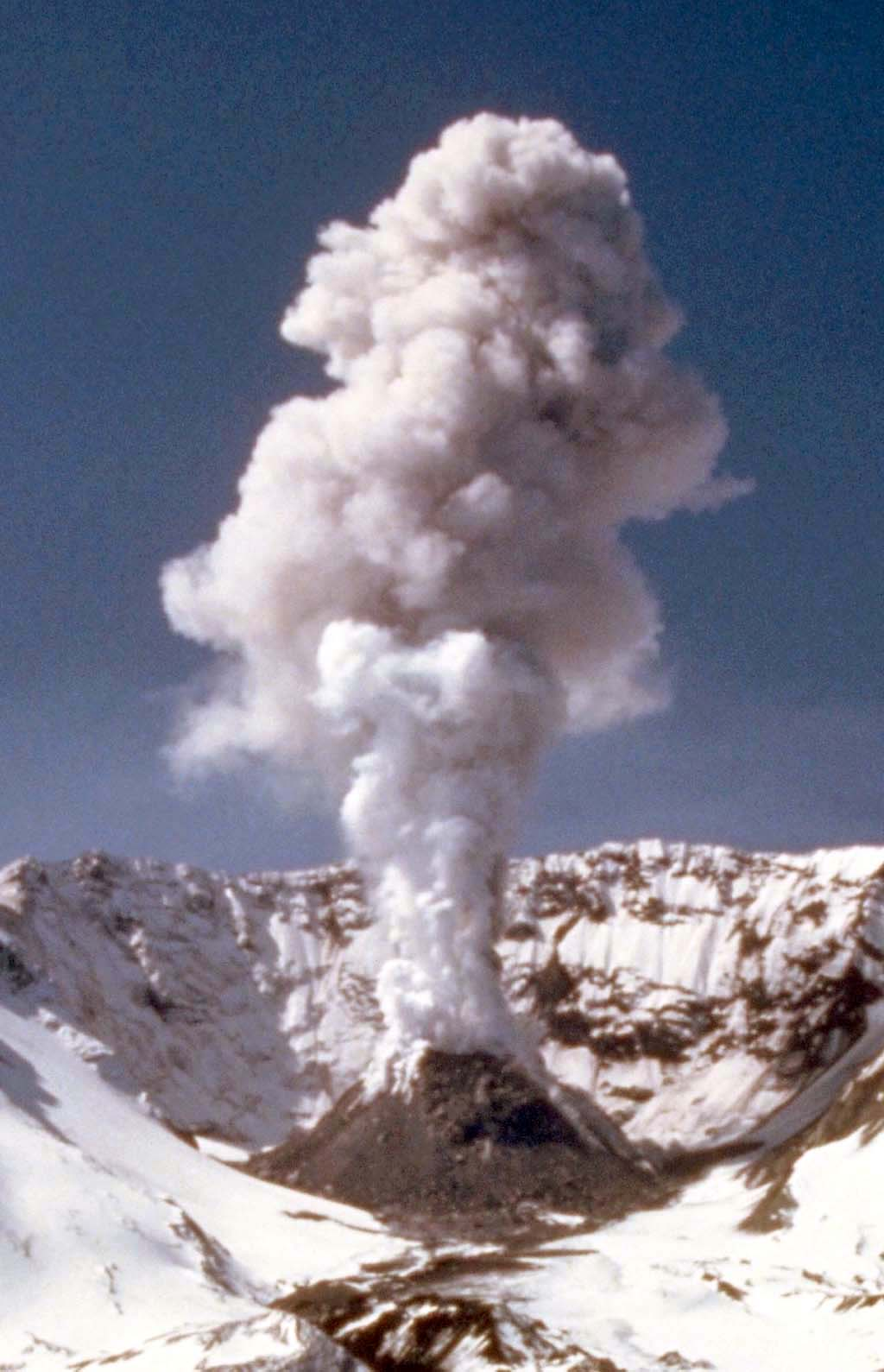 Mount St. Helens erupts on May 18, 1980. - HistoryLink.org