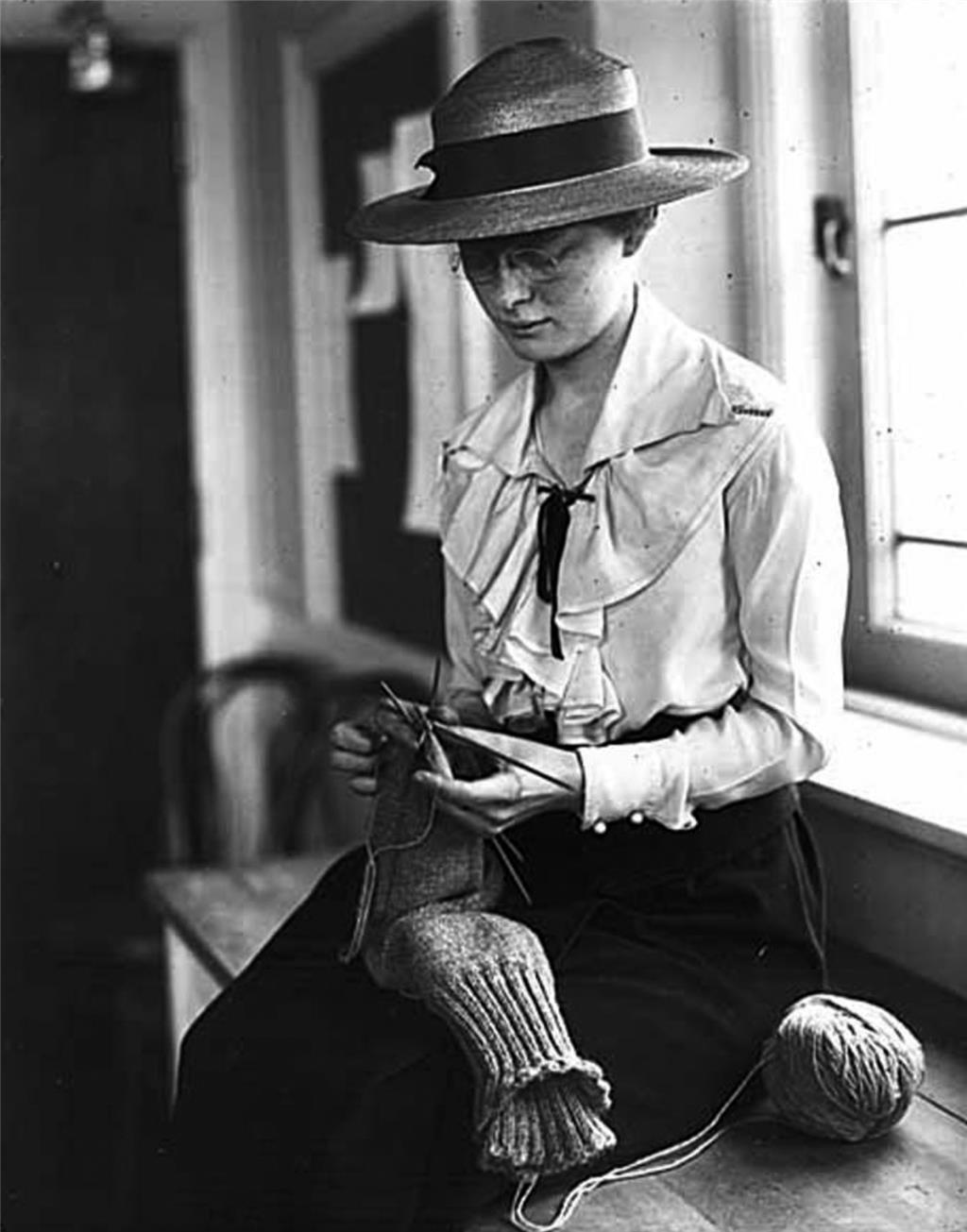 Knitting for Victory -- World War I - HistoryLink org