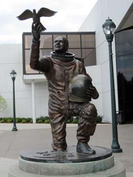 astronaut statue spokane - photo #3